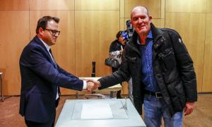 El número u de d'Acord a la capital, Joaquim Miró, en el moment d'exercir ahir el dret a vot.
