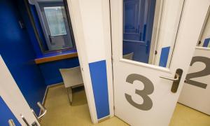 Zona de visites amb separació física del centre penitenciari de la Comella.