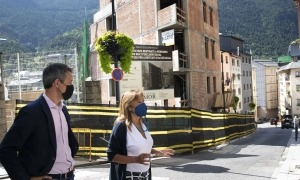 Els cònsols d'Andorra la Vella, Conxita Marsol i David Astrié, davant de l'espai que ocuparà el nou ascensor.