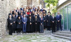La tradicional fotografia a les escales de Casa de la Vall amb el Govern i els nous consellers generals.