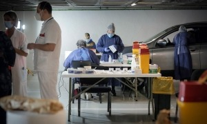 Personal sanitari fent proves a l'aparcament comunal de Prat de la Creu.