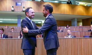 El conseller general del PS Pere López felicita el cap de Govern, Xavier Espot, després del debat d'investidura.