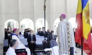 El nunci apostòlic durant la missa a Meritxell amb el copríncep episcopal i els representants de les institucions andorranes.