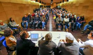 La sala d'actes del centre esportiu del Pas de la Casa plena d'empresaris i veïns durant la reunió celebrada ahir.