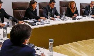 Marsol es dirigeix al conseller liberal Víctor Pintos en un consell de Comú.