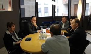 Els demòcrates Xavier Espot i Roser Suñé en la trobada d'ahir amb els quatre consellers electes de Terceravia.