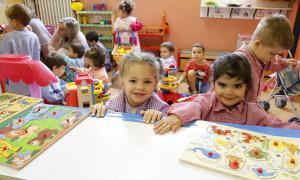 Infants durant el primer dia de classe a l'escola andorrana de primera ensenyança, ahir.
