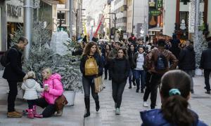 Turistes passejant per la zona de l'avinguda Carlemany durant les festes de Nadal.