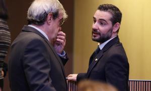 El conseller general de DA Marc Ballestà parlant amb el president del grup parlamentari demòcrata, Ladislau Baró.