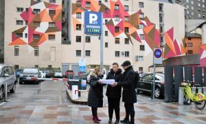 Els candidats d'UxEE observant els plànols del Palau de la Música i el Teatre.