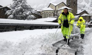 Els comuns destinen gairebé 300 efectius a la neteja de la via pública