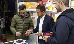Pere López i David Rios van repartir ahir els primers fulletons de la campanya a establiments comercials de Vivand.