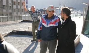 López conversa amb un pensionista en la visita a la llar de jubilats d'Escaldes, ahir.