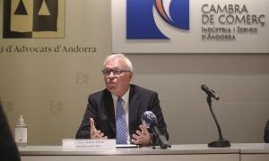 El president del Tribunal d'Arbitratge d'Andorra, Pierre Raoul-Duval, durant la roda de premsa, ahir a la tarda.