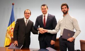 Manzano, Gallardo i Millaret després de signar el conveni.