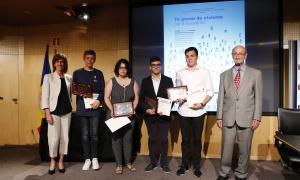 Els guanyadors del Premi de civisme per a la joventut, amb la ministra d'Educació i Ensenyament Superior, Ester Vilarrubla, i el president de l'Associació de Condecorats de la Legió d'Honor i de l'Ordre Nacional del Mèrit francès, Josep Marsal.
