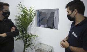Elio da Silva i Xavier Cardete davant la finestra que des de la sala de vetlla permet veure el forn crematori.