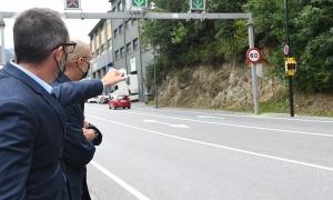 Jaume Bonell i Víctor Filloy observen el nou radar pedagògic instal·lat a la CG-1, a la zona de les Costes.