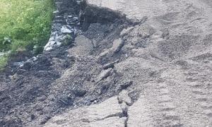 El mur que sosté el camí es va esfondrar pel pas del camió que feia els treballs.