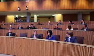 Els consellers generals del grup mixt asseguts ja als escons que ocupaven abans els liberals, que passen a la tercera fila.