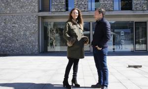 El cap de llista de Demòcrates, Xavier Espot, i la número vuit de la llista nacional, Helena Mas, ahir a la plaça del Consell General.