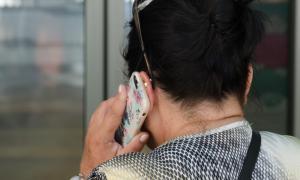 Una dona parlant pel mòbil a Andorra.