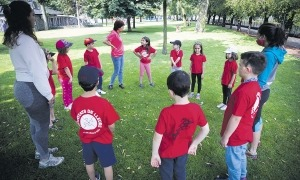 Infants participant en una activitat d'estiu organitzada pels comuns.