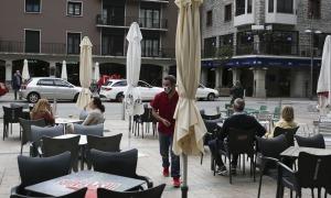 Clients en una terrassa d'un bar de la capital.