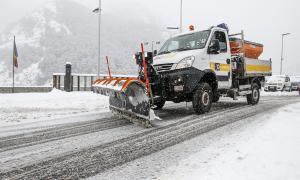 Màquines del Comú d'Ordino treballant ahir en la treta de neu.
