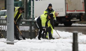 La treva en les precipitacions va fer possible la neteja dels carrers durant tota la jornada.