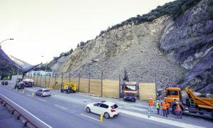 Les màquines excavadores i els camions van començar ahir a retirar les roques de la cisterna.