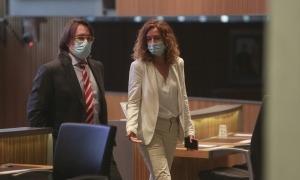 La ministra Sílvia Calvó amb el president del grup de Ciutadans Compromesos, Carles Naudi, ahir al Consell General.