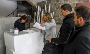Els líders de L'A, Jordi Gallardo, i PS, Pere López, acompanyats de l'advocada Eva López, el dia que van presentar el recurs.