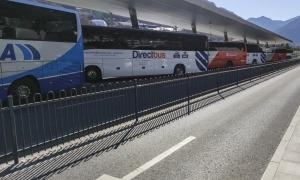 Vehicles que cobreixen les línies regulars de transport de viatgers estacionat a l'estació d'autobusos.