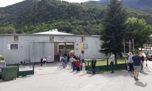 Ciutadans fent cua al centre de vacunció, ahir al migdia.