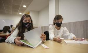 Alumnes el primer dia d'escola encara amb mascareta.