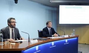 El ministre de Finances, Eric Jover, i el director del departament de Tributs i Finances, Albert Hinojosa, en la compareixença d'ahir.