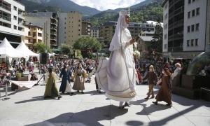 Un instant de la representació de diumenge de la 'Llegenda de la Dama Blanca d'Auvinyà' a la plaça de la Germandat.