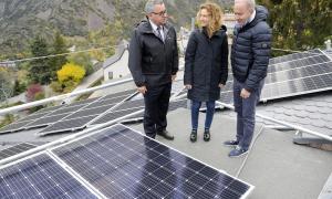 Calvó, Moles i Mora observant les plaques fotovoltaiques.