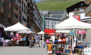 Els comerços al carrer durant la darrera edició del mercat de les oportunitats.
