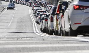 Les cues quilomètriques a l'entrada sud i nord de Sant Julià van col·lapsar el trànsit ahir al migdia.