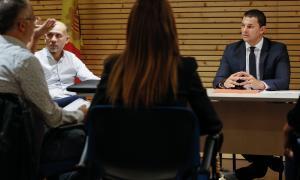 El ministre de Presidència, Economia i Empresa, Jordi Gallardo, durant la reunió d'ahir amb veïns i comerciants del Pas de la Casa.