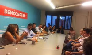 """Un moment de la reunió del comitè parroquial d'Andorra la Vella de Demòcrates. El comitè parroquial d'Andorra la Vella de Demòcrates va acordar en la reunió de dilluns al vespre """"encarregar"""" a l'actual cònsol major de la capital, Conxita Marsol, l'impuls d'un projecte integrador de cara a les eleccions comunals del desembre vinent, segons va anunciar la formació a través de les xarxes socials. De fet, Marsol, que havia aparegut en alguna de les travesses com a relleu d'Antoni Martí, sempre havia mostrat púb"""