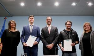 Torres va entregar un diploma a dos dels ciutadans que van presentar la proposta.