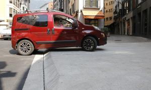 L'accés a l'aparcament comunal i al carrer Roc dels Escolls de la capital.