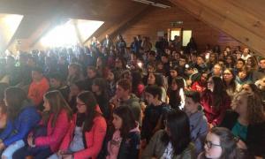 Alumnes a la capella del Col·legi Sant Ermengol.