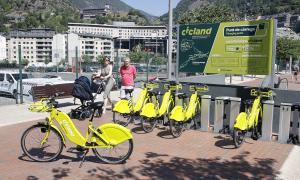 El servei de la bicicleta elèctrica compartida el dia de la seva inauguració.