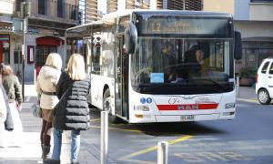 Un autobús de la Cooperativa Interurbana Andorrana oferint el servei de transport públic.