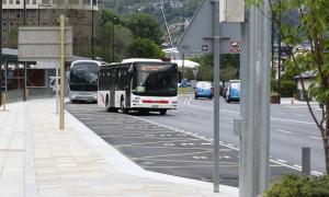 Un autobús sortint de la parada de l'Estació Nacional d'Autobusos, inici de recorregut de la majoria de línies.