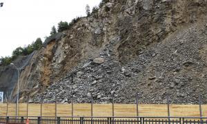 Durant el dia d'ahir van contiuar caient rocs i la pluja va afavorir que no s'aixequés gaire pols.
